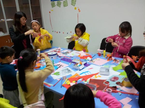 图为:教导小学生制作