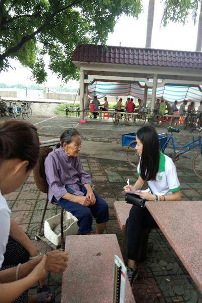 为:社工向老人问卷调查-关爱老年人,健康进社区 中堂镇槎滘老年